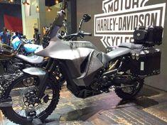 """A Harley-Davidson fez algo totalmente inesperado na """"Bangkok International Motor Show"""", evento que ocorreu na Tailândia, apresentou uma moto Big Trail."""