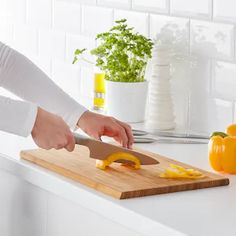 Couteaux et planches à découper - IKEA Cooks Knife, Chef Knife, Ikea, Best Cooking Knives, Butcher Block Cutting Board, Plastic Cutting Board, Baking Accessories, Quality Kitchens, Knife Sets
