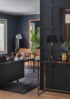 A masculine apartment that mixes luxury and savings (PLANETE DECO has homes world) - Decoration For Home Masculine Home Decor, Masculine Apartment, Masculine Living Rooms, Masculine Room, Dark Living Rooms, Masculine Interior, Home Living Room, Living Room Decor, Small Living