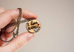 Halskette mit Anhänger aus Holz I love reading von SilviaWithLove