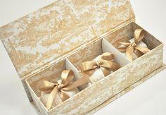 Além de gostoso, o bem casado é o doce mais tradicional de um casamento.  Eles também servem de lembrança e são oferecidos em agradecimento à presença dos convidados.  As caixas podem ser personalizadas com tecidos, mensagens e monogramas.