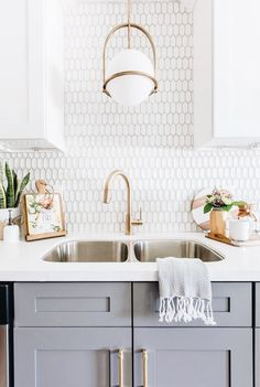 Kitchen Remodel Ideas Looking for unique kitchen backsplash ideas? Find beautiful inspiration, including herringbone and Moroccan tile.and so much more! Let us be your inspiration, as you remodel your kitchen! Classic Kitchen, New Kitchen, Awesome Kitchen, Kitchen Grey, Kitchen Modern, Back Splash Kitchen, Ranch Kitchen, Funny Kitchen, Kitchen Contemporary