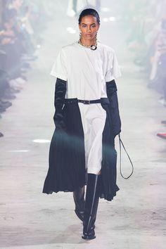 Sacai Fall 2020 Ready-to-Wear Fashion Show - Vogue La Fashion Week, 2020 Fashion Trends, Runway Fashion, 21st Dresses, Nice Dresses, Vogue Paris, Vogue Russia, Fashion Show Collection, Mannequins