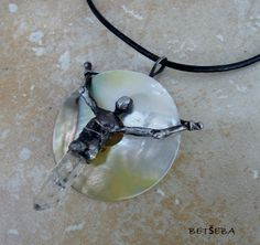 """Amulet """"Bondage"""" (perleť s křišťálem)"""
