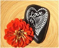 """Dekoration - Bemalter Stein """"LOVE"""" nach Zentangle® -Art  - ein Designerstück von PetiteMaman-Atelier bei DaWanda"""
