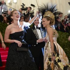 DONT WORRY THEY LAUGHED ABOUT IT AFTER. | Perfect GIF Of Jennifer Lawrence Photobombing Sarah JessicaParker