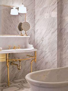 Banheiro em mármore branco rajado THE GREENWICH HOTEL