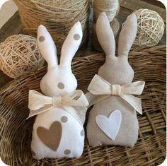 Cute Easter bunnies handmade by Sweet_country_emy. - Cute Easter bunnies handmade by Sweet_country_emy. Bunny Crafts, Easter Crafts, Felt Crafts, Fabric Crafts, Hobbies And Crafts, Diy And Crafts, Crafts For Kids, Easter Gift, Easter Bunny