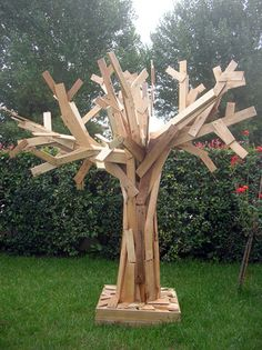 Pallets tree  #Art, #Pallets, #Tree http://www.ishouldbemoppingthefloor.com/2013/10/how-to-create-sliding-barn-door.html Visit & Like our Facebook page! https://www.facebook.com/pages/Santas-Helpers/251688461649019?ref=hl
