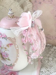 Shabby Chic Pink Paint Styles and Decors to Apply in Your Home – Shabby Chic Home Interiors Shabby Chic Homes, Shabby Chic Crafts, Shabby Chic Cottage, Vintage Crafts, Shabby Chic Farmhouse, Shabby Chic Kitchen, Rose Cottage, Shabby Chic Vanity, Shabby Chic Pink