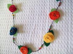 Mega- charmoso esse colar com flores coloridas. Confeccionado em feltro, ajustável a qualquer tamanho, vai dar aquele up!  no seu traje esporte. Lindo presente. R$ 34,80