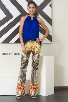 b2a0d731fa Calça com estampa africana e blusa em crepe de cetim na cor azul bic