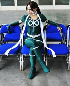 Now THIS is rocking your costume.  Why not make it look like you're just hanging out waiting for Professor X.  Extra points to Gryffendor for her amazingly accurate costume (this is what rogue is currently wearing...well last i read which was about 6 months ago).