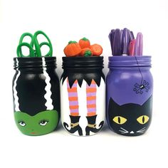 Turn mason jars into adorable Halloween decorations. Turn plain mason jars into colorful and fun Halloween mason jars. This Halloween mason jar craft is perfect for holding Halloween candy and more. Mason Jar Art, Pot Mason Diy, Colored Mason Jars, Glitter Mason Jars, Mason Jar Crafts, Bottle Crafts, Halloween Mason Jars, Diy Halloween, Halloween Candy