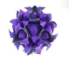1. Делим квадрат на три части: 2.Загибаем углы таким образом: 3. И с другой стороны: 4. Отгибаем большие треугольники, переворачиваем лист и намечаем вот такие линии: 5.…