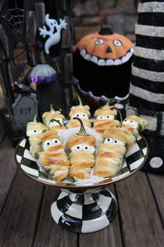 40 Halloween Party Finger Foods to make your next Halloween Party extra spooky and fun. These Halloween Party Finger Foods are easy, delicious and spooky. Halloween Desserts, Entree Halloween, Halloween Fingerfood, Creepy Halloween Food, Halloween Party Appetizers, Hallowen Food, Fingerfood Party, Fete Halloween, Snacks Für Party