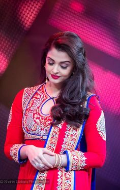 Aishwarya receives the 'Icon of India' award | PINKVILLA
