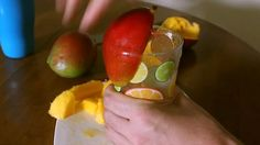 Comment éplucher une mangue, avec ou sans couteau