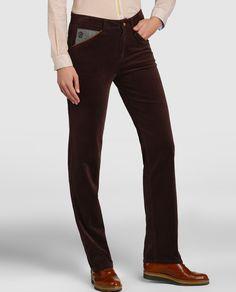 Pantalón largo, de tipo recto, realizado en pana. Con cierre delantero, dos bolsillos laterales y trabillas en la cintura.