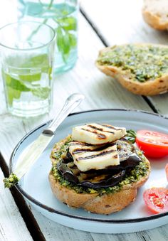Grill seasoned aubergine and halloumi slices. Grill buns, spread with pesto, add aubergine and halloumi. Eggplant Burger, Grilled Eggplant, Grilled Halloumi, Vegetable Recipes, Vegetarian Recipes, Cooking Recipes, Vegetarian Burgers, Veggie Burgers, Beginner Vegetarian