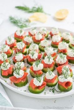 Mini Cucumber Smoked Salmon Bites with Lemon Dill Cream Cheese,These little cucumber and smoked salmon appetizer bites are as delicious as they are pretty. They make a perfect light start to a dinner and are a hit at any party. Yummy Appetizers, Appetizers For Party, Appetizer Recipes, Cucumber Appetizers, Seafood Recipes, Light Appetizers, Easter Recipes, Cheese Recipes, Appetizers With Cream Cheese