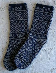 Ravelry: SweaterGoddess' Mamluke Socks - Navy & Grey - pattern in Nancy Bush's Folk Socks book. Diy Knitting Socks, Crochet Socks, Knitted Slippers, Knit Mittens, Knitted Gloves, Crochet Yarn, Hand Knitting, Knitting Patterns, Knit Socks