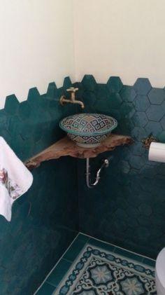 Marokkaanse waskom | Marokkaanse wastafels | El Kantra #bathroom #bathroomideas Bathroom Design Small, Bathroom Interior Design, Bathroom Inspiration, Home Decor Inspiration, Lavabo Exterior, Home Room Design, House Design, Small Toilet Room, Appartement Design