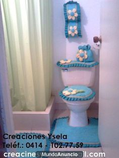 Juego de baño en tela. Bathroom Crafts, Bathroom Sets, Bathrooms, Toilet Mat, Dream Bath, Patchwork Bags, Curtain Designs, Sewing Projects, Diy Crafts