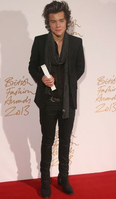 Harry Styles, que recibió el Premio Vodafone al Estilo British, con un total black look de Saint Laurent.