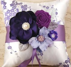 Wonderful Ribbon Embroidery Flowers by Hand Ideas. Enchanting Ribbon Embroidery Flowers by Hand Ideas. Sewing Pillows, Diy Pillows, Decorative Pillows, Silk Ribbon Embroidery, Hand Embroidery, Embroidery Ideas, Band Kunst, Ring Pillow Wedding, Flower Pillow