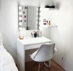 penteadeira branca simples e pequena Room Ideas Bedroom, Home Bedroom, Bedroom Decor, Bedrooms, Vanity Room, Cute Room Decor, Aesthetic Room Decor, Dream Rooms, Room Inspiration
