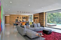 Le salon est décoré avec tapis de sol rouge