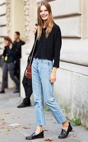 Cómo llevar los pantalones de la temporada: mom jeans. Outfits con mom jeans. Pantalones vaqueros de cintura alta y anchos. Estética de los 90's.