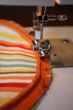 Living Savvy: How To: Bolster Pillow Adding welting to end - she BOUGHT the orange welting! Fabric Crafts, Sewing Crafts, Sewing Projects, Diy Projects, Bolster Cushions, Bolster Pillow, Sewing Lessons, Sewing Hacks, Sewing Tips