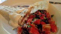 Pico de gallo on monen meksikolaisen ruuan perussalaatti. Picolla maustat niin tacot, kuin fajitakset, tai Poppamiehen Mexican Rubilla maustetun grillatun kanan. #poppamies #savustus #grillaus #maustaminen #ruoka #ruuanlaitto #mauste #picodegallo #pico #salsa #tomaattisalsa #habanero #habaneroviipale Salsa, Mexican, Meat, Chicken, Ethnic Recipes, Food, Pico De Gallo, Salsa Music, Restaurant Salsa
