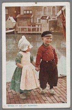 1940から1946年頃、オランダ西部の北ホラント州フォーレンダムで撮影されたとされる彩色ポストカード。 子どもたちは伝統的な衣装を身につけている。