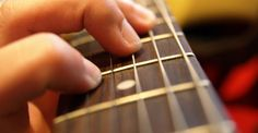 Aprendendo Violão. Percebo que há muitas pessoas que desejam tocar violão, mas acabam desistindo quando se deparam com alguns problemas.
