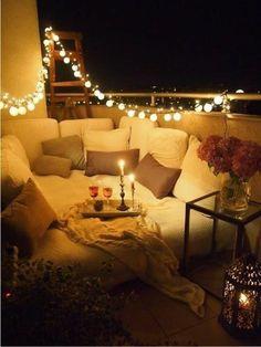 Une idée d'aménagement extérieur. Vue nocturne.