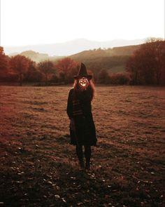 135 days until Halloween! Photo b Autumn Witch, Dark Autumn, Autumn Cozy, Days Until Halloween, Halloween Season, Fall Halloween, Country Halloween, Halloween Labels, Halloween Stuff