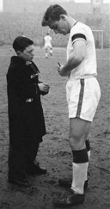 On February last game for Manchester United in the league, away at Highbury, before Munich disaster. Duncan Edwards signs an autograph for a fan in this iconic shot. Manchester United Merchandise, Manchester United Gifts, Manchester United Players, Duncan Edwards, School Football, Football Team, Man Utd Squad, Bobby Charlton, Association Football