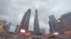 Escalofriante: Dos jóvenes escalan sin permiso hasta lo más alto de la construcción de la Torre de Shanghái