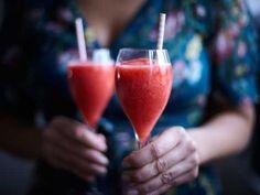 Vårens och sommarens fräschaste drink - rosévin som mixas med frysta jordgubbar och limesaft.