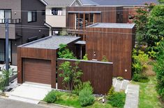 4つのボックスに分かれたO邸の構成がよく分かる。手前から車庫棟、玄関棟、リビング・キッチン棟、寝室棟。