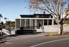 Image 3 of 16 from gallery of Herne Bay Road / Daniel Marshall Architects. Photograph by Simon Devitt New Zealand Architecture, Tropical Architecture, Residential Architecture, Architecture Details, Arch House, Facade House, House Facades, Auckland, Precast Concrete