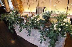 フランネルフラワーとユーカリ、くすんだグリーンで。 ザ・ハウス白金様への秋の装花でした。 ご新郎様はバンドでご活躍の方で、 奥ではセッテ...
