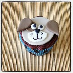 Cupcake Cachorrinho | Cupcake Cachorrinho, com cobertura de chocolate e pasta americana. Tem coisa mais fofa do que essa carinha?
