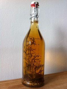 Zelf Drambuie maken ( honinglikeur met kruiden op basis van Schotse whisky )     - -   Benodigdheden voor 0,5 L likeur: * 2 eetlepels venkelzaad, kort geroosterd * 1 tak verse rozemarijn * 200 gram honing * 200 ml water * 300 ml Schotse whisky