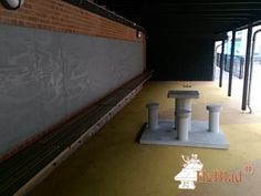 Betonnen Mens erger je niet tafel bij Øster Farimagsgades Skole in København