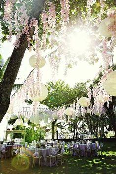 Alterner des fleurs et des lampions pour éclairer et décorer votre soirée  jardin mariage pinterest déco