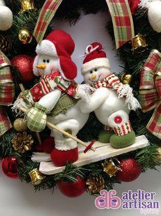 GUIRLANDA NATALINA (com e sem iluminação de LED) Natal esta chegando? É hora de decorar a sua residência, comércio, etc? Então vamos decorar a sua porta de entrada com uma GUIRLANDA LINDA!!! DESCRIÇÃO: Guirlanda (n. 13) de 60 x 60 cm, decorada com dois lindo Boneco da Neve esquiando de 2...
